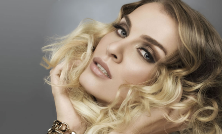 Hairstyling-And-Makeup-Courses-Available-Online