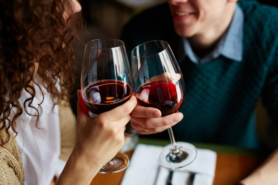 couple-drinking-red-wine
