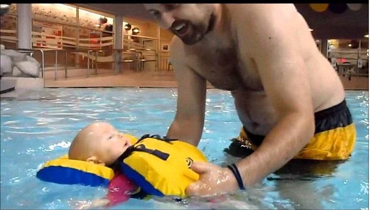 infant-life-jacket-at-pool